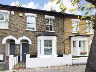 Terraced House for rent in Battersea